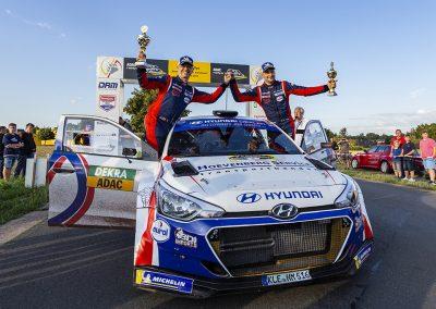 Tevreden gezichten bij Bjorn Degandt (links) en Bob de Jong aan de finish van de Rallye Sulingen